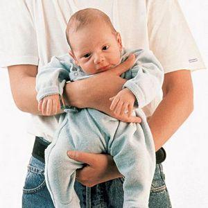 Как правильно держать новорожденного ребенка столбиком после кормления фото